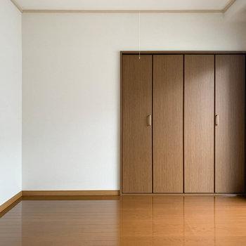 【洋室5.5帖】こっちにも大型の収納がありますよ。