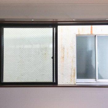 南向きの小窓からは、お隣さんの窓と向い合せですが、反対側を開ければ良さそう。