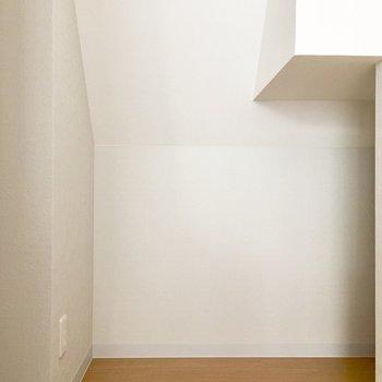 キッチン奥に、ちょっとした物置スペースが。ラックなど置けば、食器や食材が収納できますよ。