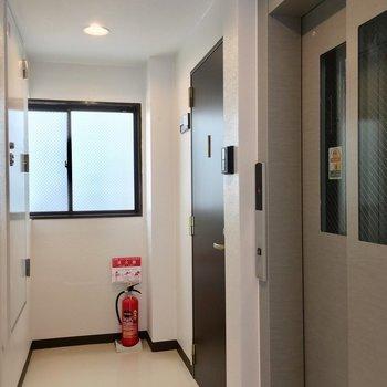 エレベーターを降りてすぐのお部屋です。