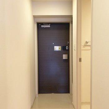 玄関はこじんまり。ダークブラウンの扉がかっこいい〜