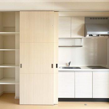 ええっまさかこんな所にキッチンがあるなんて、、開けてビックリだ〜笑