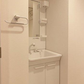 洗面台はちょこっとスペースに歯ブラシなどを。
