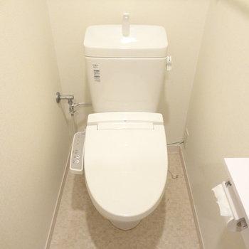 トイレはもちろんウォシュレットつき!(※写真は7階の同間取り別部屋のものです)