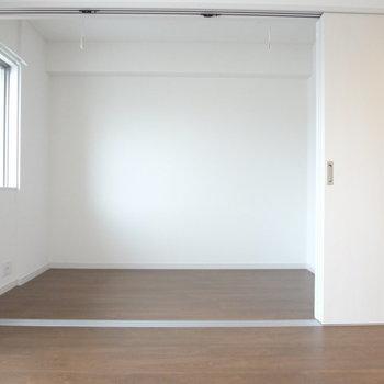 リビングと寝室は扉でしきれます。(※写真は7階の同間取り別部屋のものです)