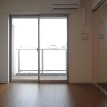 大きな窓で圧迫感もありませんね。(※写真は7階の同間取り別部屋のものです)