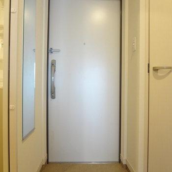 玄関には全身鏡まで!嬉しいなぁ(※写真は7階の同間取り別部屋のものです)