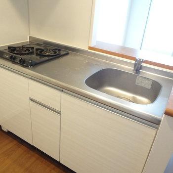 コンロも2口、作業スペースも広いので料理好きにはたまらない!(※写真は7階の同間取り別部屋のものです)