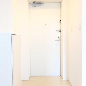 玄関前は突っ張り棒で、お好みの布で区切っても◎※写真は3階同間取り別部屋のものです
