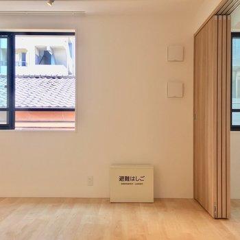 【LDK】窓が2つ、並んでかわいい※写真は3階同間取り別部屋のものです