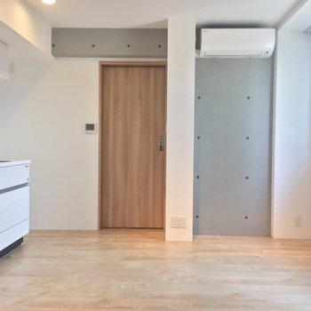 【LDK】ちょこっとコンクリに木調のアクセントがなんとも◎※写真は3階同間取り別部屋のものです