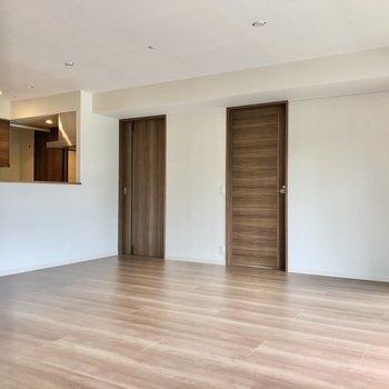 大きな家具をゆったりと置くのが合いそう。右の扉は洋室、左の扉は水回りへ繋がっています。