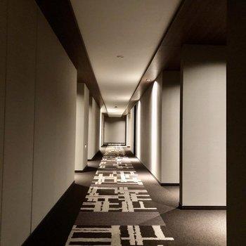 まるでホテルのような共用廊下。足音も響きませんね。