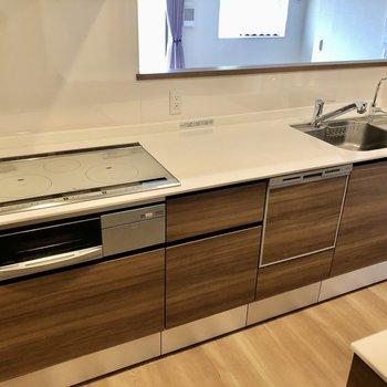 食器洗浄乾燥機付きの大きなシステムキッチン。2人でも立てますよ。