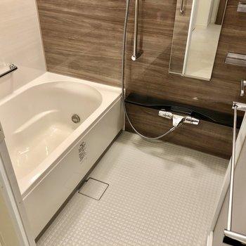 お風呂はゆったりめ。追い焚きに浴室乾燥機付いています。