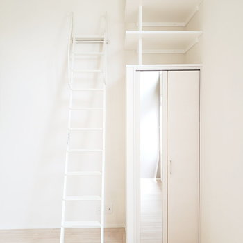 ロフトへの梯子を使って、空間を上手に利用!