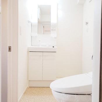 バスルームから見たサニタリー。右奥には洗濯機置き場