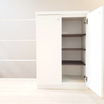 階段を上ると小さな収納。靴箱として使えそう。