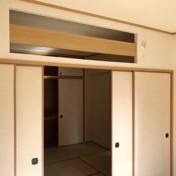 (南6帖洋室)天井の方が開いているので、空調効きやすそう。
