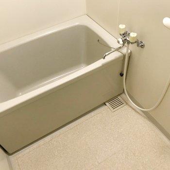 お風呂はシンプル。節水シャワーヘッドでガス代も節約したい。