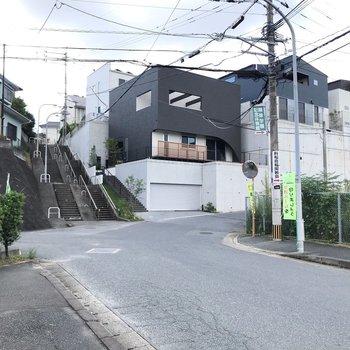 新しいお家も多い住宅街。少し階段をのぼります。