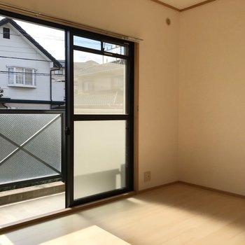 (南6帖洋室)白い床で爽やかな空間。