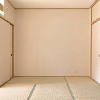 (6帖和室)お子さまの遊び場として便利な和室。