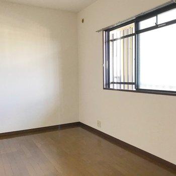 (北6帖洋室)この窓は共用廊下に面しています。