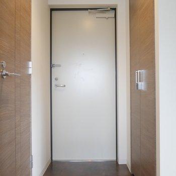 玄関スペースです!左はお手洗い、右はシューズケースです◎