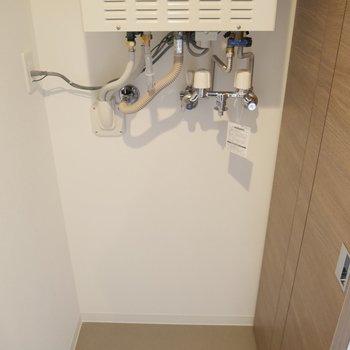 脱衣所の後ろに、室内洗濯機置き場です!