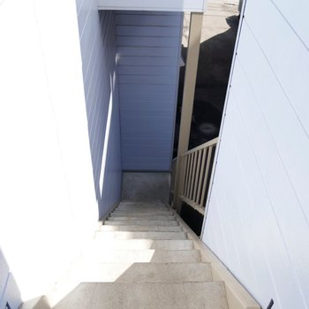 階段を上り下りして、お部屋に出入りします♪