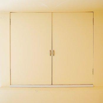 ロフトにある収納スペース、扉を開けてみると※写真は清掃前のものです。