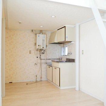キッチンやトイレ・バスなどの水回りがコンパクトに集まった生活空間の1階◎※写真は清掃前のものです。