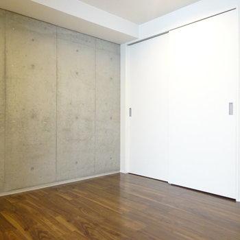 洋室はしっかりベッドが置ける広さ (※写真は2階同間取り別部屋のものです)