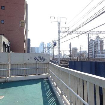 駅へと向かう歩道橋から名古屋駅見えますよ!