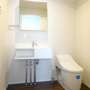 オシャレな洗面台とウォシュレット付きトイレ (※写真は2階同間取り別部屋のものです)