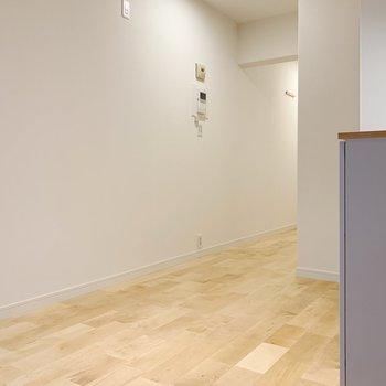 白い壁と無垢床の相性が抜群…!
