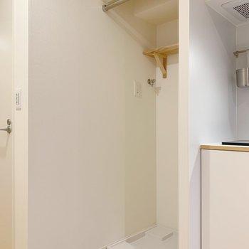 キッチン脇に洗濯機。目隠し用のポールも付いてますよ〜