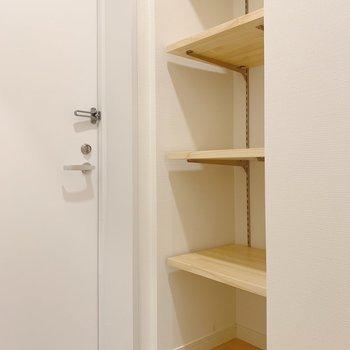 可動式の棚は靴を収納しても、飾り棚としても良い!