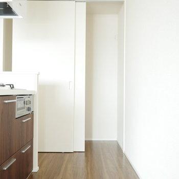 キッチン奥の収納内には洗濯機置場があります (※写真は9階同間取り別部屋のものです)