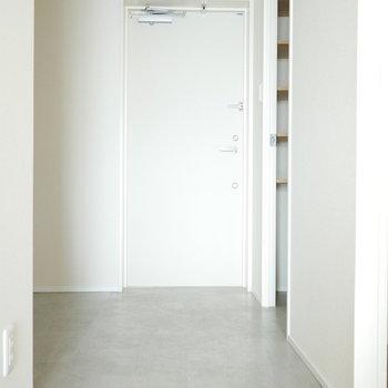 玄関からお部屋はフラット (※写真は9階同間取り別部屋のものです)