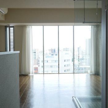 玄関入って正面は大きな窓! (※写真は9階同間取り別部屋のものです)