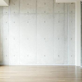 こちらの壁はコンクリート打ちっ放しの壁 (※写真は9階同間取り別部屋のものです)