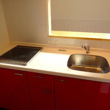 赤いキッチンがキュート! (※写真は1階同間取り、角部屋のものです)