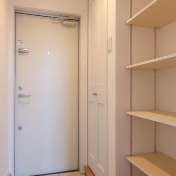玄関部分にも収納・棚が豊富! (※写真は1階同間取り、角部屋のものです)