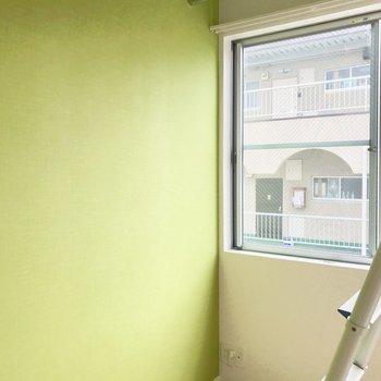お部屋正面には窓が。 ※写真は通電前のものです