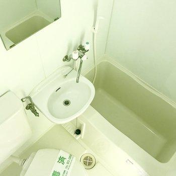 バストイレは一緒。※写真は通電前のものです・フラッシュを使用しています