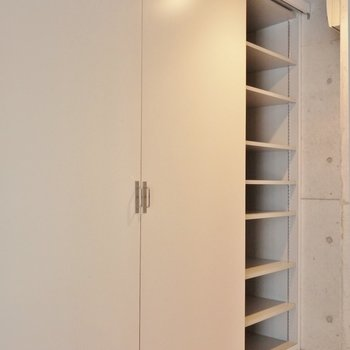 収納は靴以外にも色々置こう。※写真は同タイプの別室。