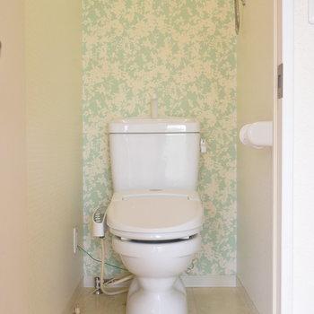トイレの壁紙もグリーンです