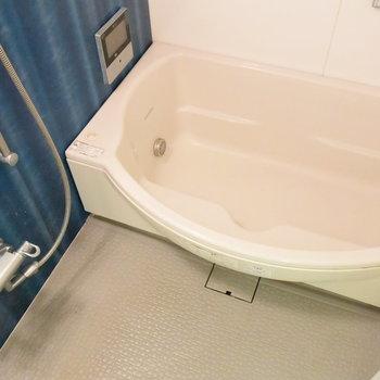 青の壁が印象的なお風呂